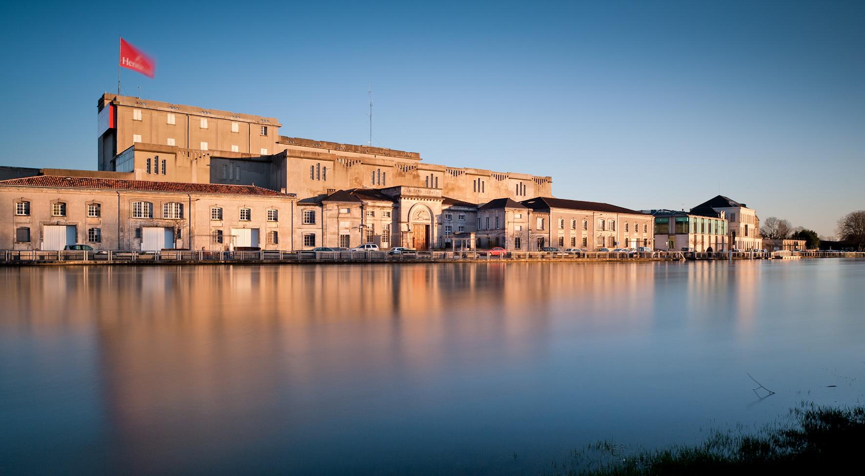 Vue des bâtiments Hennessy de La Richonne de la rive gauche de l