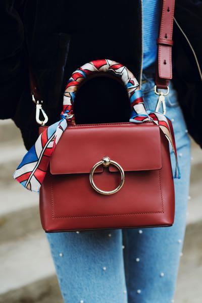 72808b14ff06 Pour accompagner les quatre sacs de la ligne, Claudie Pierlot a développé  six foulards en soie, à porter en crossbody autour de la bandoulière, ...