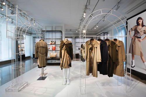 91acc8d99ead Les mannequins disposés au sein de l installation présentent les looks  imaginés par les stylistes anglais en collaboration avec Burberry.