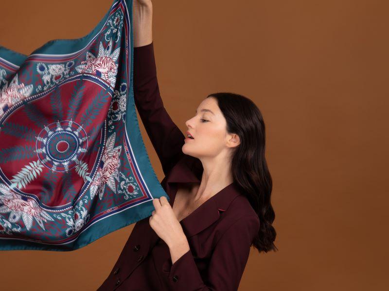 Must-Have : «Avant l'heure du tigre», le premier foulard 17H10 créé en collaboration avec Marthe Desjonquères