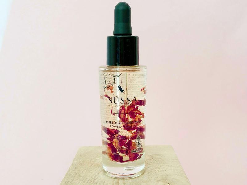 Jour et nuit, les huiles de soin aux fleurs Nüssa prennent soin de votre peau